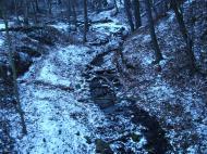 R�m szakad�k 2004.12.19 :: K�nnyű kis t�ra a mes�s R�m-szakad�kba. D�m�s mellett h�z�dik a Pilisbe. Egy patak medr�ben lehet felm�szni a tetőre n�h�ny v�zes�sen kereszt�l.